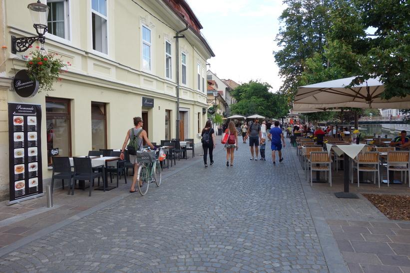 Trafikfritt längs gatan Petkovškovo nabrežje, Ljubljana.