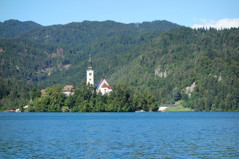 Lake Bled med Bled island och kyrkan Pilgrimage Church of the Assumption of Maria.