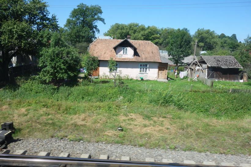 Många vackra små byar passeras. Tågresan mellan Lviv och Uzhhorod.