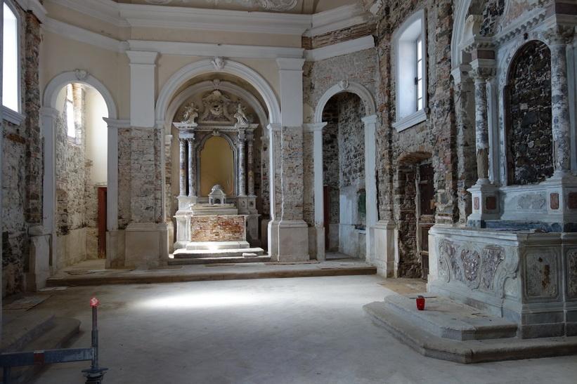Interiören i kyrkan Cerkev Marije Zdravja, längst ut i Pirans gamla stad.