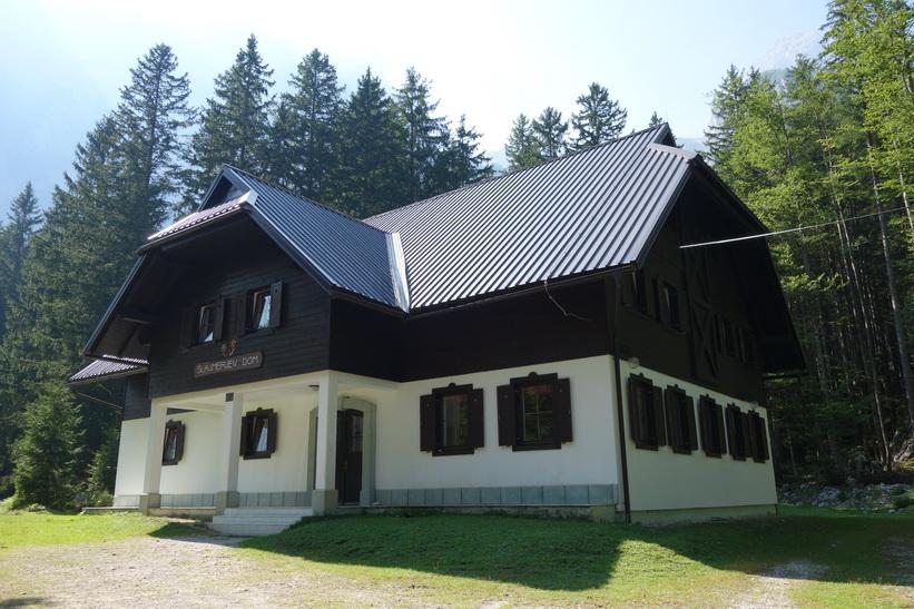 Slamerev Dom, den ena av två stugor längst upp i Vrata valley.