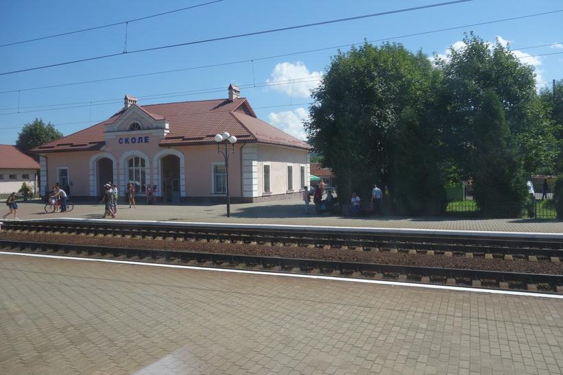 Stopp vid en tågstation i en liten by någonstans längs tågresan mellan Lviv och Uzhhorod.