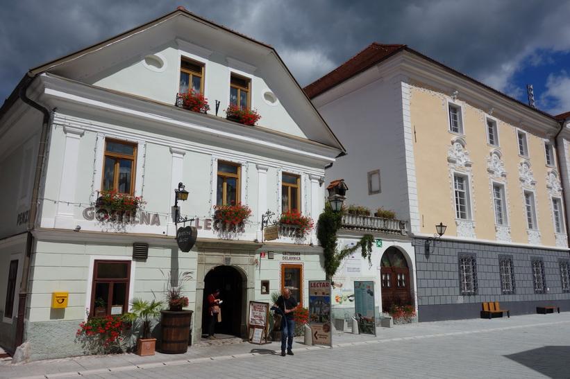Arkitekturen på Linhartov trg i gamla staden i Radovlica.