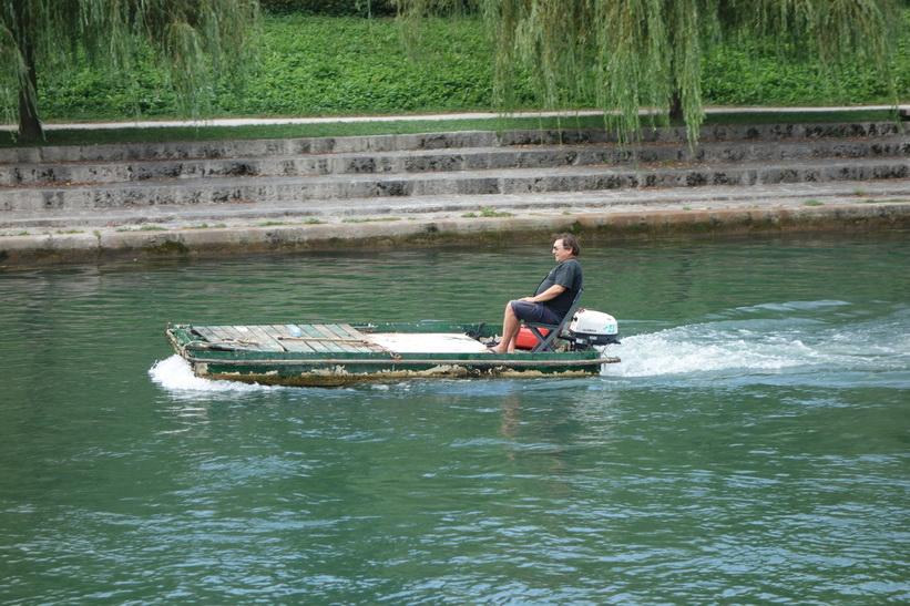 Den konstiga farkosten efter den andra i floden Ljubljanica i centrala Ljubljana.