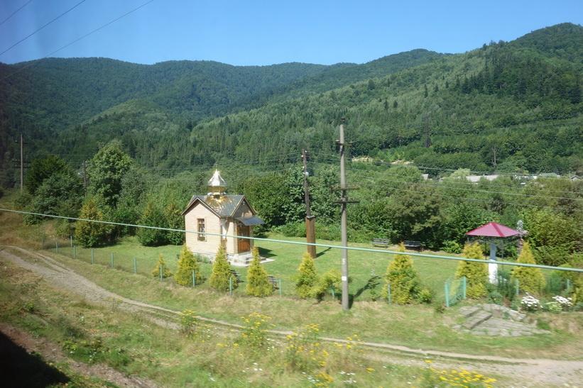 Vackra små kyrkor är det ingen brist på på landsbygden i Ukraina. Tågresan mellan Lviv och Uzhhorod.