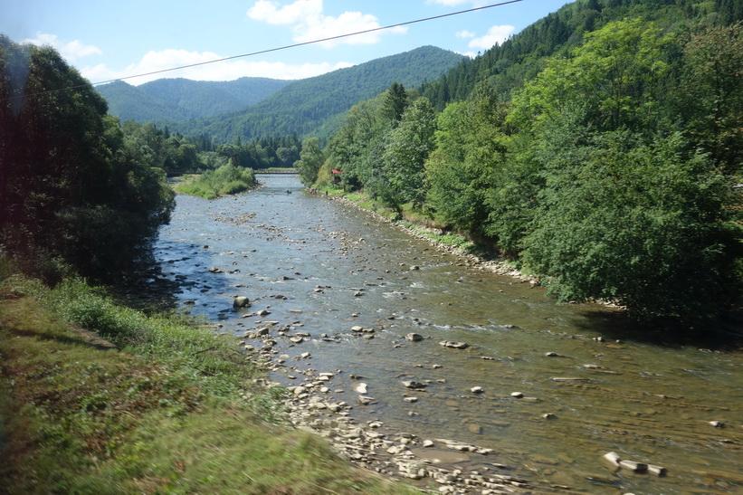 Vattendrag i Karpaterna. Tågresan mellan Lviv och Uzhhorod.