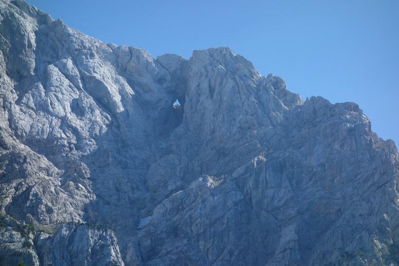 Mt Prisank med The Window som är 80 meter högt och 40 meter brett! Cykelturen till Vršič Pass.