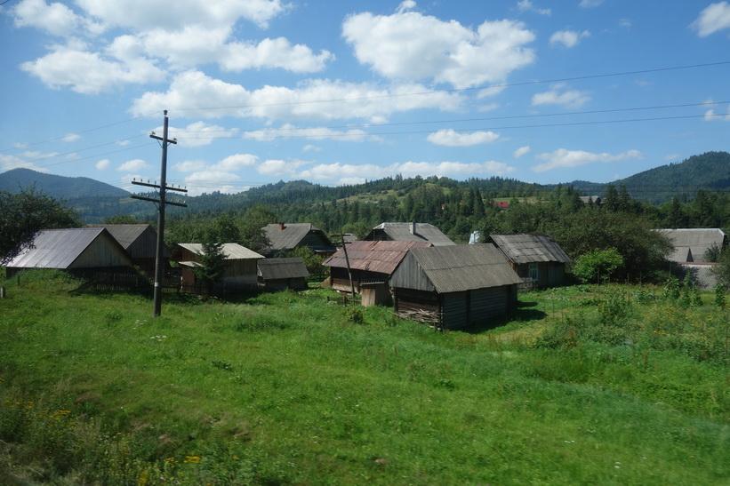 Gammal by någonstans i Karpaterna. Tågresan mellan Lviv och Uzhhorod.