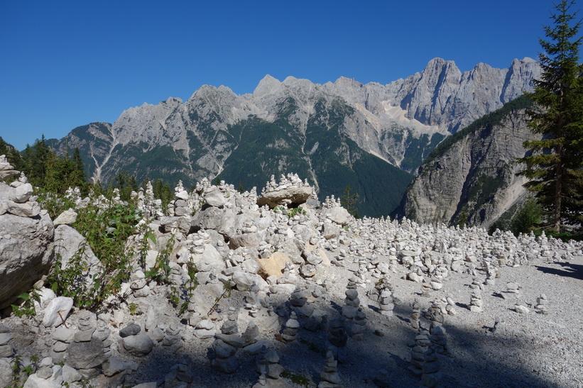 Mt Prisank och fönstret som är 80 meter högt och 40 meter brett! Cykelturen till Vršič Pass.