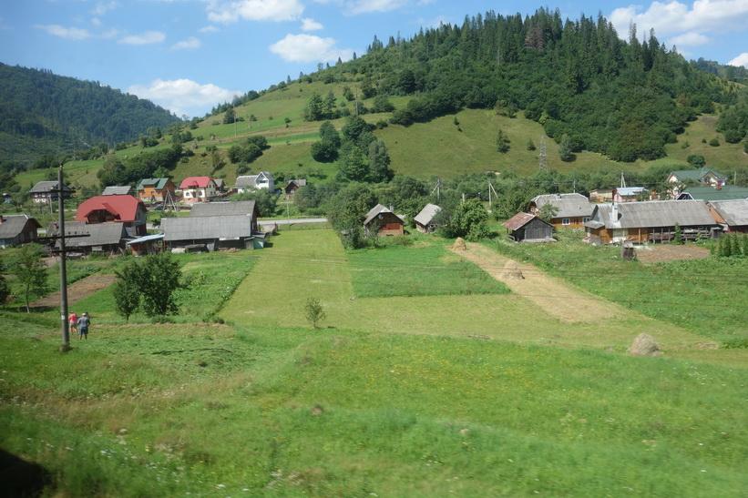 Bönder i en liten by någonstans i Karpaterna. Tågresan mellan Lviv och Uzhhorod.