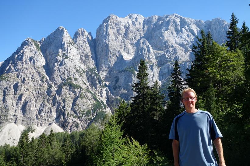 Stefan framför Mt Prisank. Cykelturen till Vršič Pass.