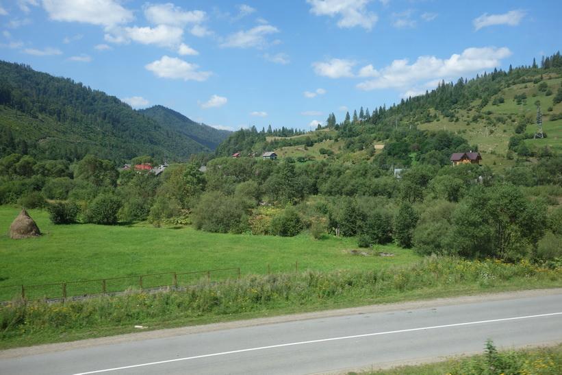 Ännu en bild som illustrerar de fina små byarna som är ihopvävda med landskapet i Karpaterna. Tågresan mellan Lviv och Uzhhorod.
