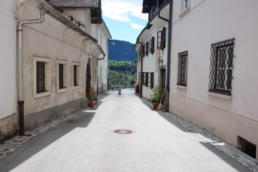 Den lilla tvärgatan som leder mot stadens officiella utsiktsplats över Sava-dalen, Radovlica.
