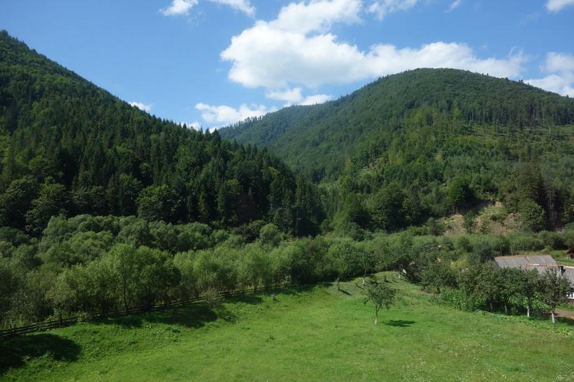 Vacker natur i de ukrainska Karpaterna. Tågresan mellan Lviv och Uzhhorod.
