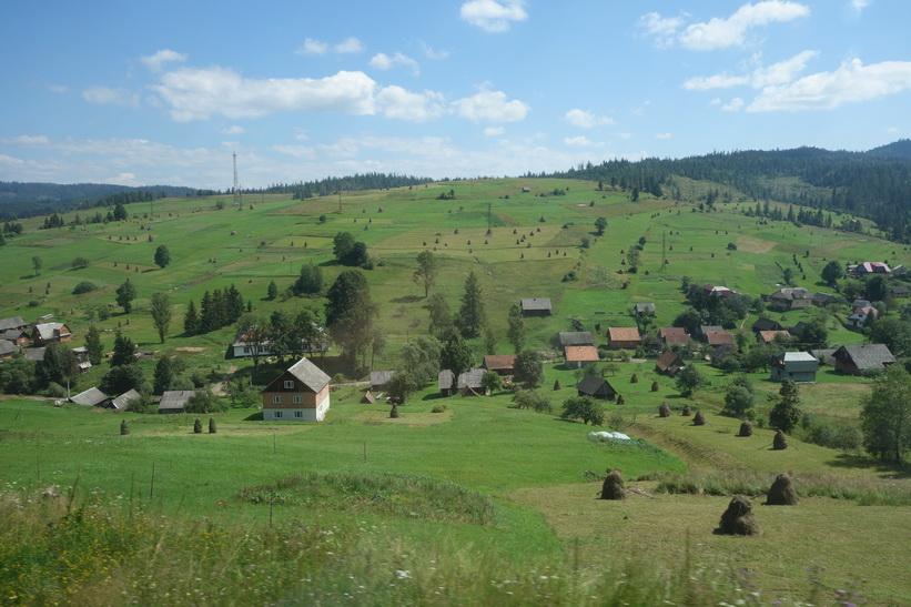 Idyllisk by i Karpaterna. Tågresan mellan Lviv och Uzhhorod.