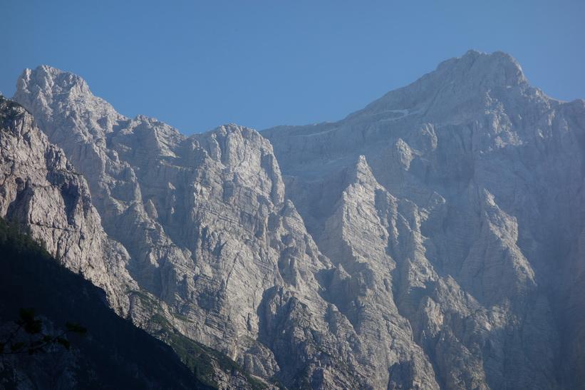 Till höger i bild Sloveniens högsta topp Mount Triglav med sina 2864 meter över havet.