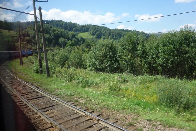 Kraftig kurva någonstans i Karpaterna. Tågresan mellan Lviv och Uzhhorod.