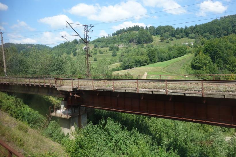 Gammal järnvägsbro någonstans i Karpaterna. Tågresan mellan Lviv och Uzhhorod.
