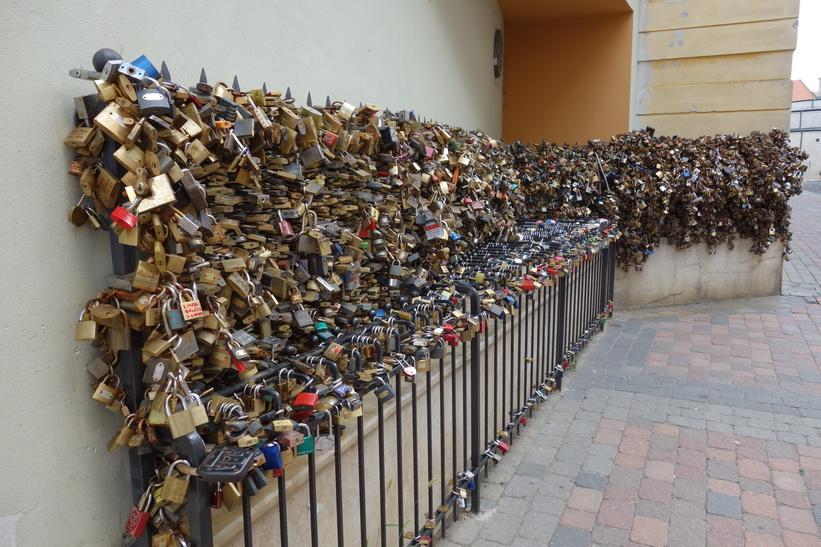 Ett staket med kärlekslås i centrala Pécs.