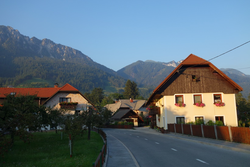 Bostadshus i byn Mojstrana.