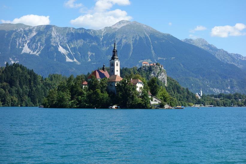 Lake Bled med Bled island och Bled castle i bakgrunden.