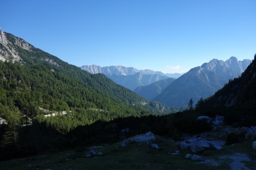 Utsikten över bergen en bit söder om Vršič Pass. Cykelturen till Vršič Pass.