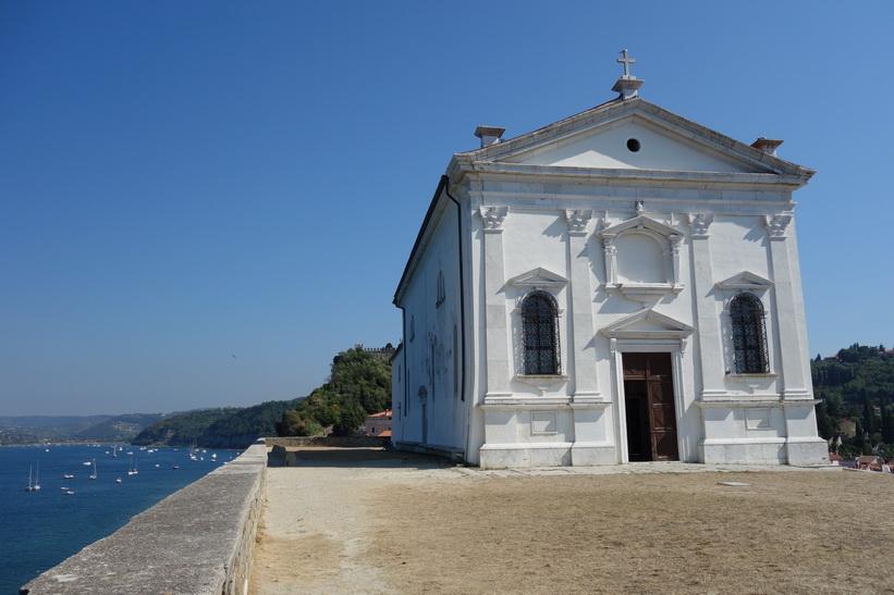 Kyrkan Župnijska cerkev sv. Jurija vakar över gamla staden i Piran.