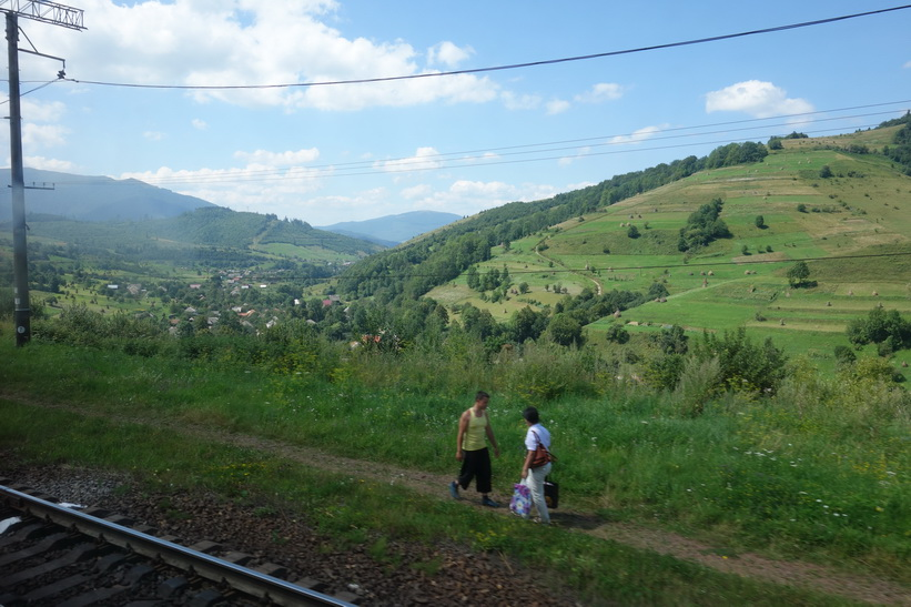 Kvinnan på bilden blev avsläppt mitt ute i ingenstans! Tågresan mellan Lviv och Uzhhorod.