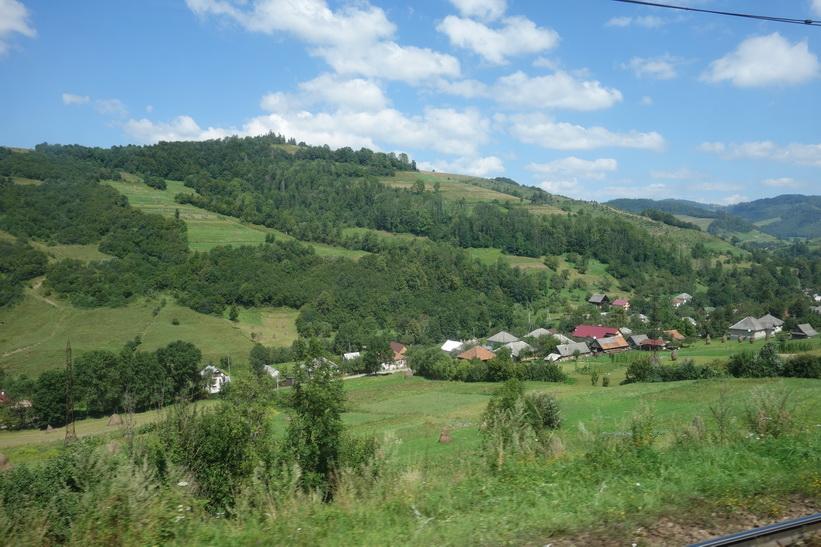 Det vackra landskapet i de ukrainska Karpaterna. Tågresan mellan Lviv och Uzhhorod.