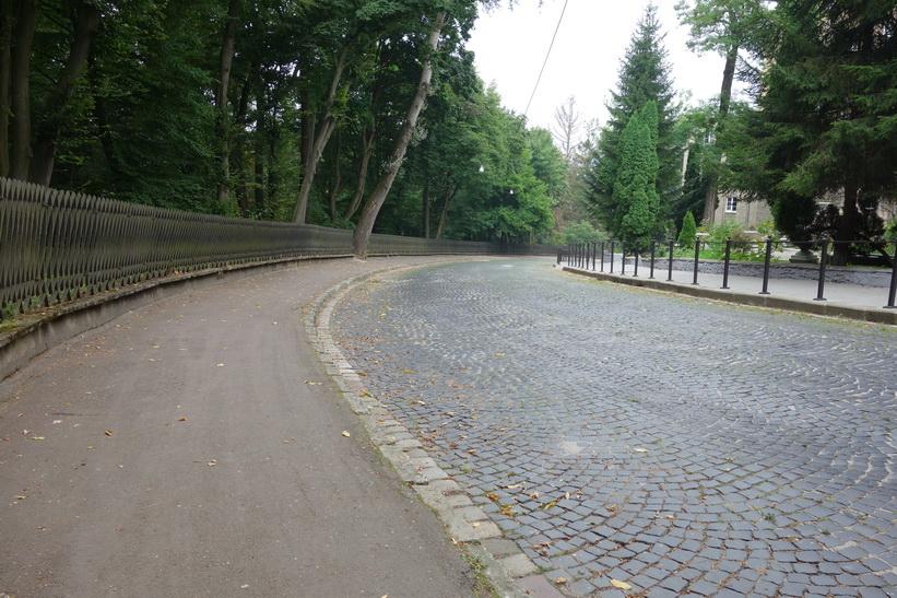 Väg som går i utkanten av Strysky park, Lviv.