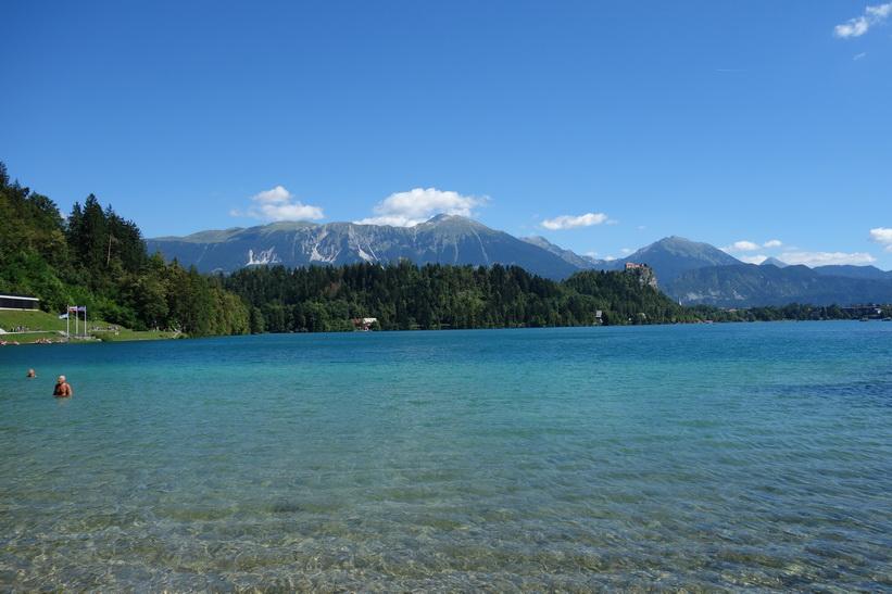 En av flera badstränder längs Lake Bled, Bled.