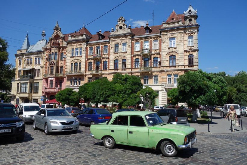 Gatuscen med vacker arkitektur, gamla staden i Lviv.
