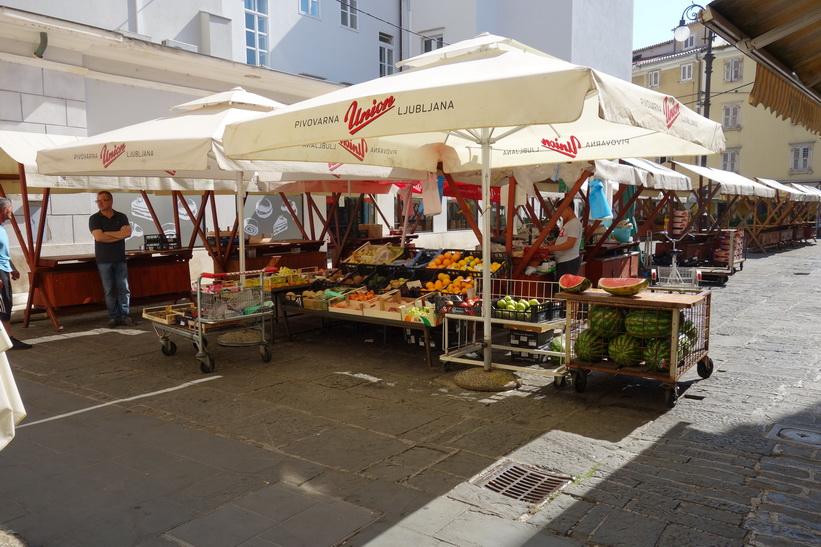 Marknaden på det lilla torget bakom stadshuset, gamla staden, Piran.