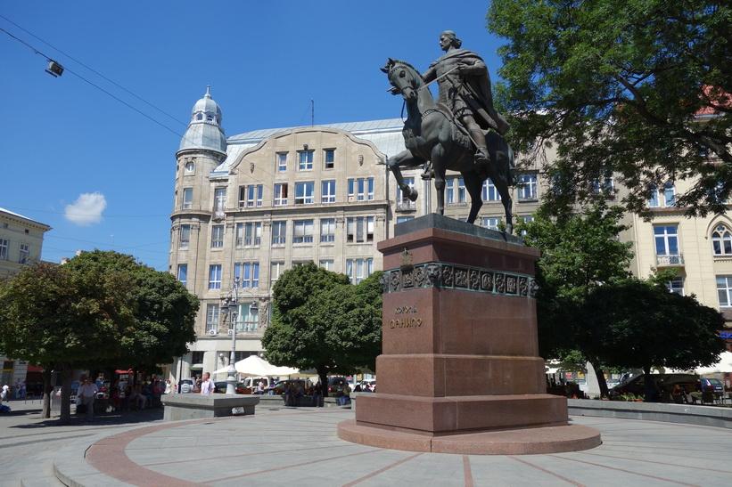 Monument of King Danylo Halytskyi, gamla staden i Lviv.