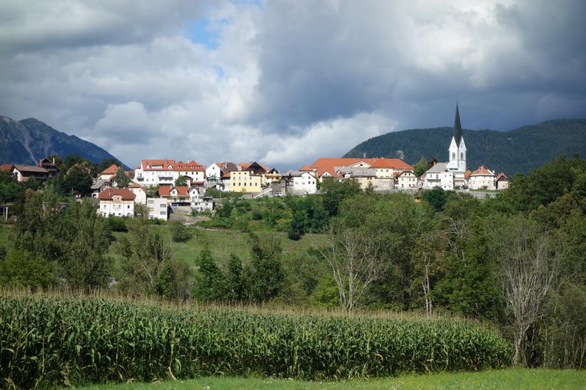 Radovlicas gamla stad fotograferad nerifrån Sava-dalen.