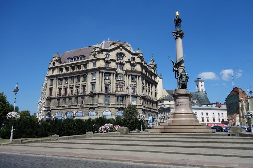 Adam Mickiewicz Monument, gamla staden i Lviv.