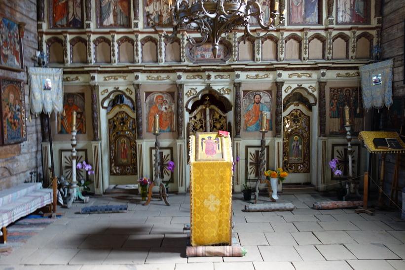 Inne i St Michael's wooden church, Museum of Folk Architecture, Uzhhorod. Efter att ha tagit denna bild insåg jag att det var strängt förbjudet att fotografera inne i kyrkan!