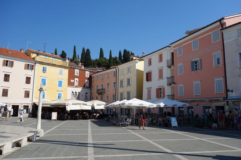 Den vackra venetiansk-gotiska arkitekturen på Tartini-torget, gamla staden, Piran.
