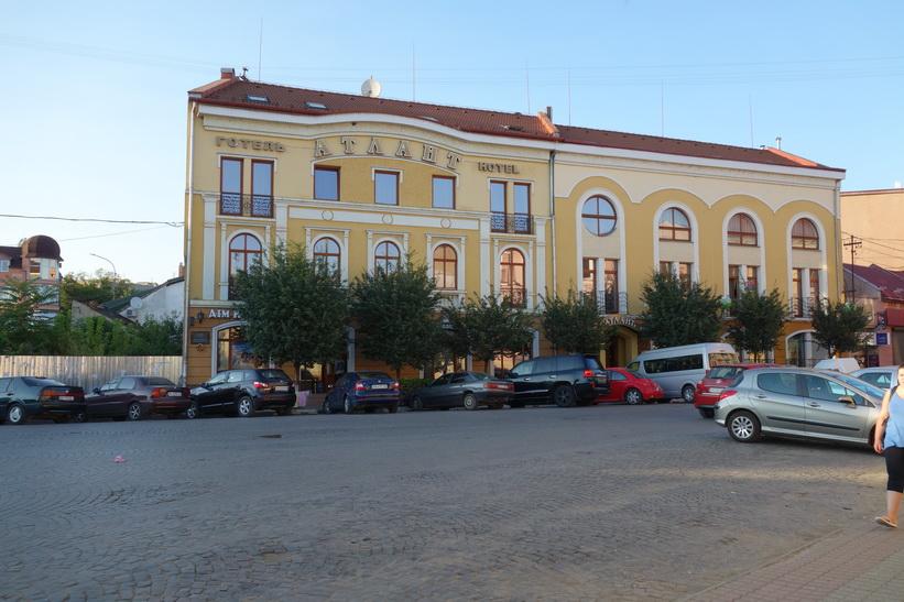 Framme vid Atlant hotel där jag ska bo i Uzhhorod.