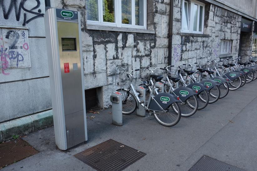 Cyklar för uthyrning på gatan utanför mitt hostel, Ljubljana.