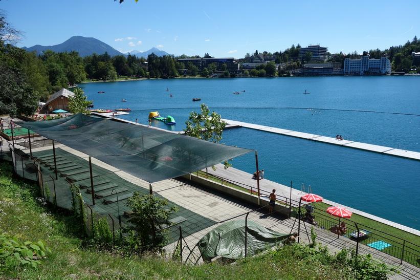 En av flera badplatser längs Lake Bled, Bled.