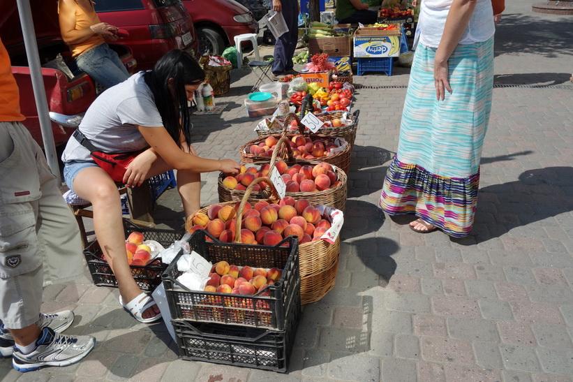 Försäljning av grönsaker, frukt och bär i centrala Uzhhorod.