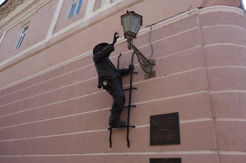 Lamplighter Statue, längs en gågata i centrala Uzhhorod.