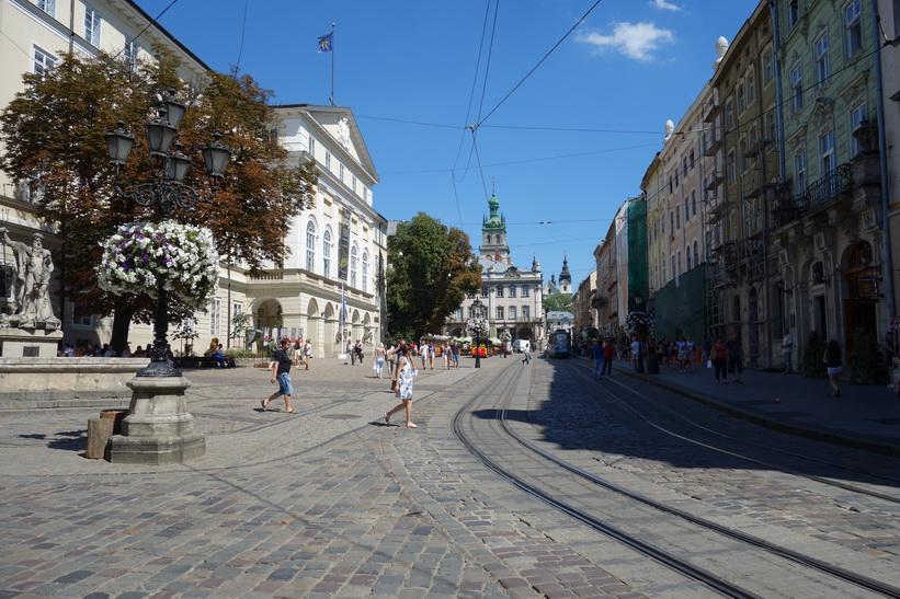 Otroligt vackra Rynok square i centrala Lviv.