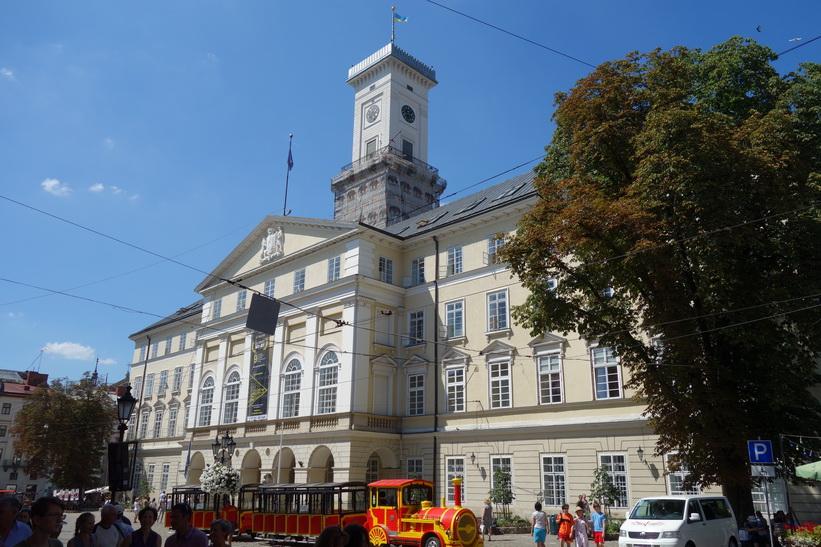 Stadshuset mitt på Rynok square i centrala Lviv.