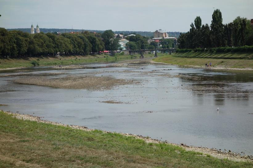 Promenad längs Uzh-floden, Uzhhorod.