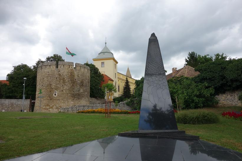 Monument med Barbican i bakgrunden, Pécs.