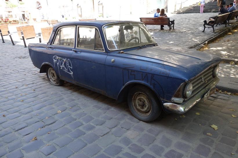 Gammal uttjänt bil i gamla staden i Lviv.