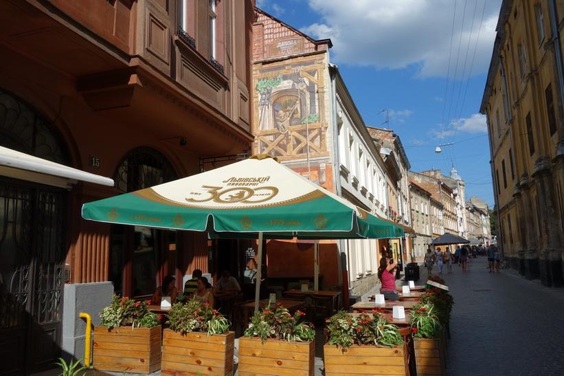 Vacker arkitektur i gamla staden i Lviv.
