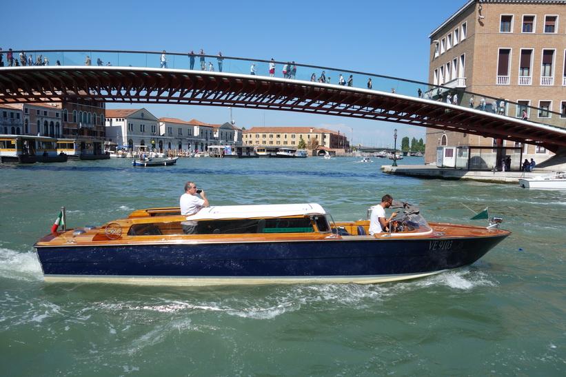 Turist i båt på Canal Grande fotograferar Ponte di Calatrava, Venedig.